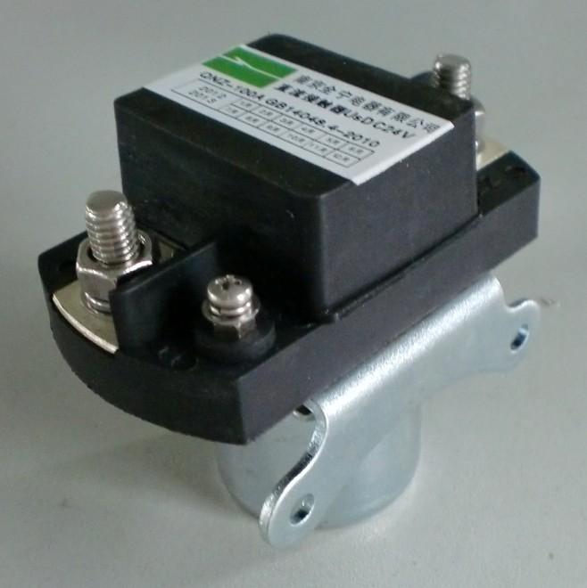 一、用途 QNZ-100A直流接触器用于直流额定工作电压至DC48V,工作电流至100A的直流的电路。产品主要用于变频器、通讯电源,电加热等场合。工作电压接通DC600V以上的电路中,适用于变频器主电路切换缓冲电阻之用。  二、型号及含义  三、结构特点 1、主电路为直流,控制回路为直流24V。 2、全防尘,防护等级达IP54。 3、动作机构为直动式,触头为双断点。 4、体积小、重量轻、低耗能、高可靠性。 四、工作条件和安装条件 1、环境温度:-25 ~ +55 2、相对湿度:+25达90% 3、固定处的